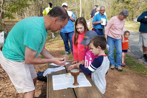 Episcopal News Service: Holy Hikes ministry seeks God in nature by celebrating Eucharist one footstep at a time